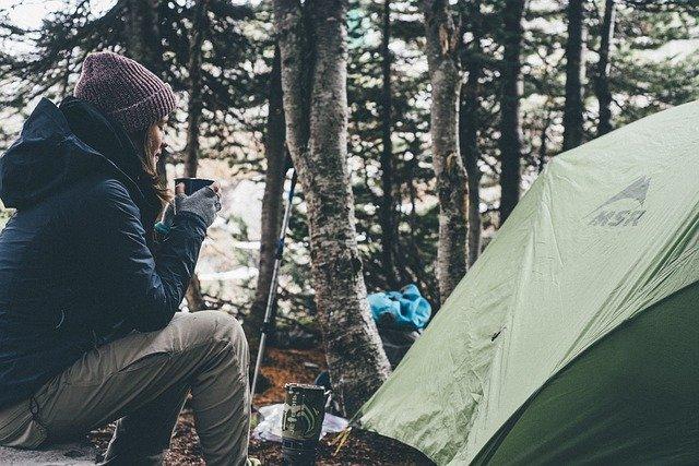 femme, camping, tente