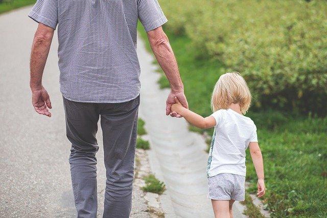 papa, fille, mains tenant