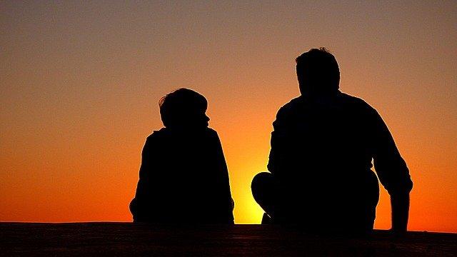 silhouettes, père et fils, coucher de soleil